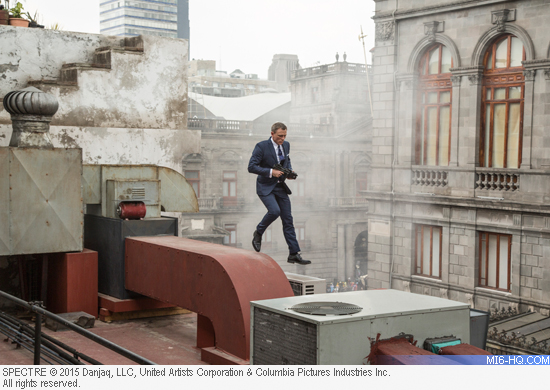 Daniel Craig in action in Mexico for SPECTRE